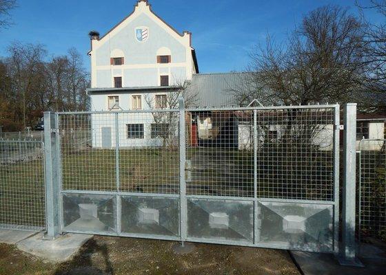 Dvoukřídlá brána, plot.