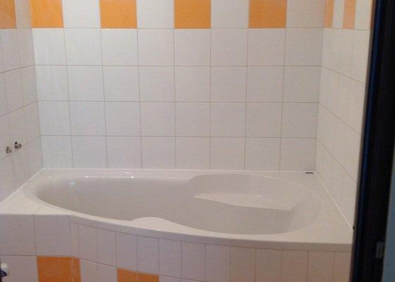 Položení dlažby a obkladů v koupelně,usazení vany (bez obezdivani)