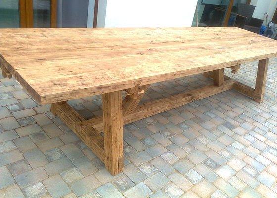 Masivní dřevěný stůl na venkovní terasu